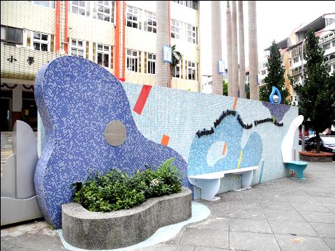 圖片4: A案:「校門公共空間」-春風化雨牆 Wall of Nourishment