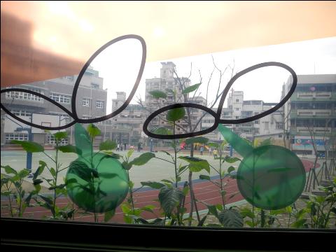 圖片1: A案:「校門公共空間」-成長之歌.童言童語 - 玻璃圖案設計 Song of Growing Up - Glass Pattern Design (作品照片共4張)